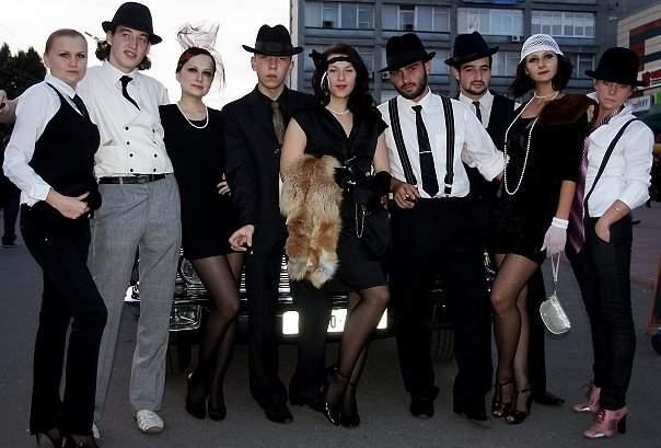 Это стиль одежды Америки 20-30х годов ХХ века.  Подобные игры со всем антуражем периодически проводятся.